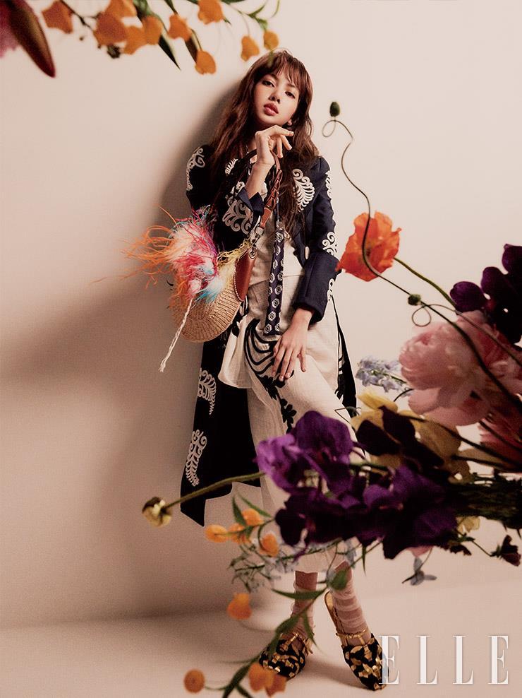 화이트 비즈 장식의 스프링 코트와 뉴트럴 컬러 거즈 드레스, 리본 장식의 셔츠, 라피아 비텔로 백, 골드 위빙 샌들은 모두 Prada.