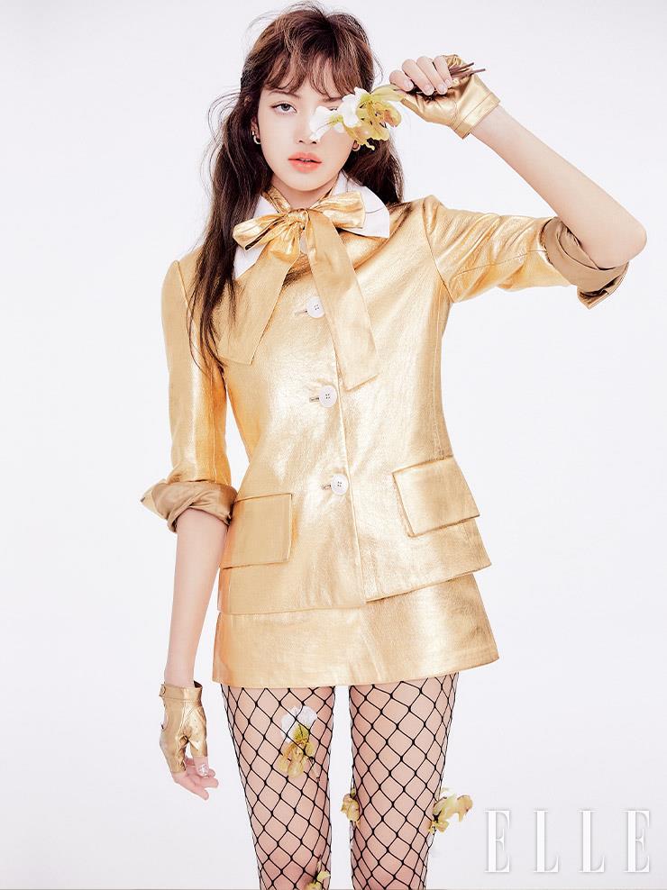 골드 메탈 소재의 레더 재킷과 스커트, 보 장식의 톱은 모두 Prada.
