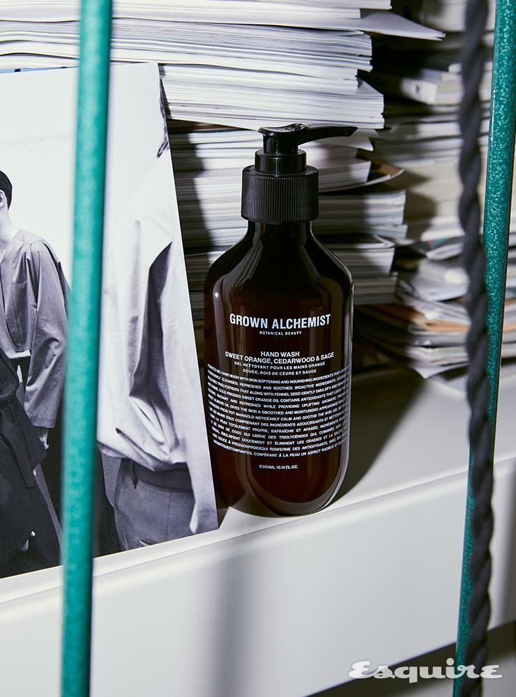 스위트 오렌지, 시더우드, 세이지 성분으로 상큼한 향을 완성한 핸드 워시 300mL/3만4000원 그로운 알케미스트 by 라페르바.