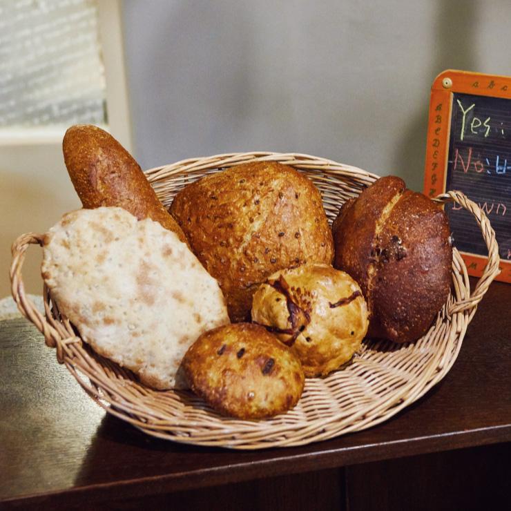 '브로테나인'의 빵들은 대부분 담백한 편이지만 팥빵, 애플파이 등 달콤한 디저트류도 있다.