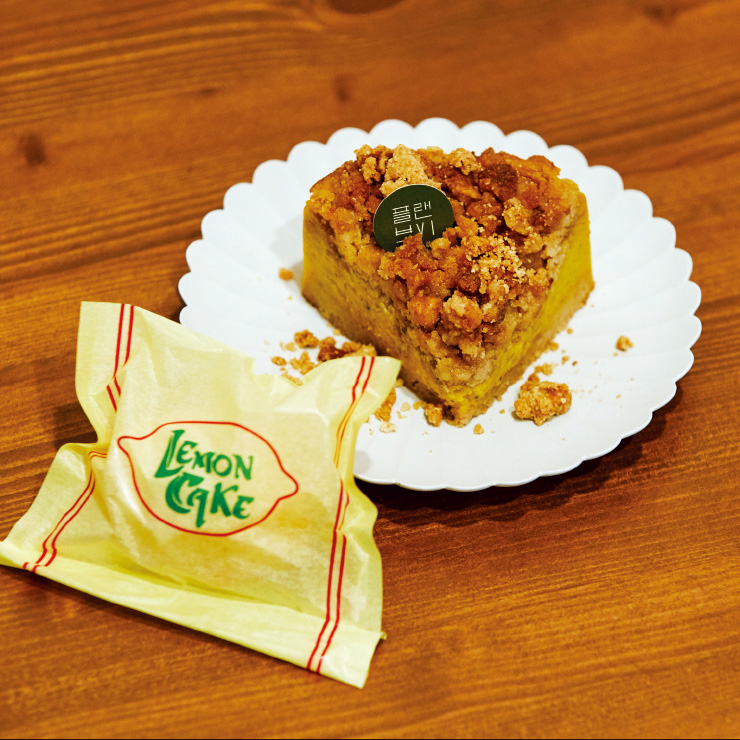 현미 초코칩 쿠키뿐만 아니라 레몬 케이크, 단호박 무스 케이크 등 갖가지 비건 디저트를 갖춘 '플랜브이'.
