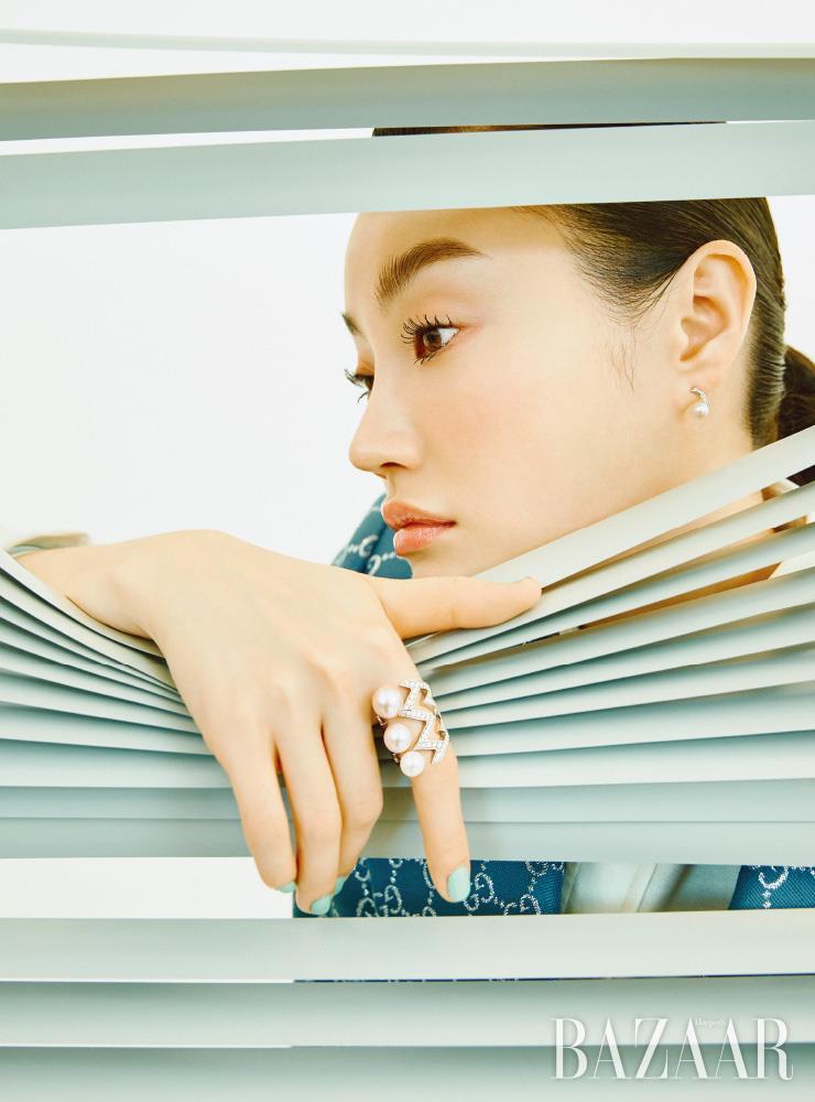 아코야 진주와 다이아몬드로 세팅한 귀고리는 Lucie. 번개 모티프의 '레이디 스타더스트 펄' 반지는 Stephen Webster. 재킷은 5백30만원, 셔츠는 73만원 모두 Gucci.