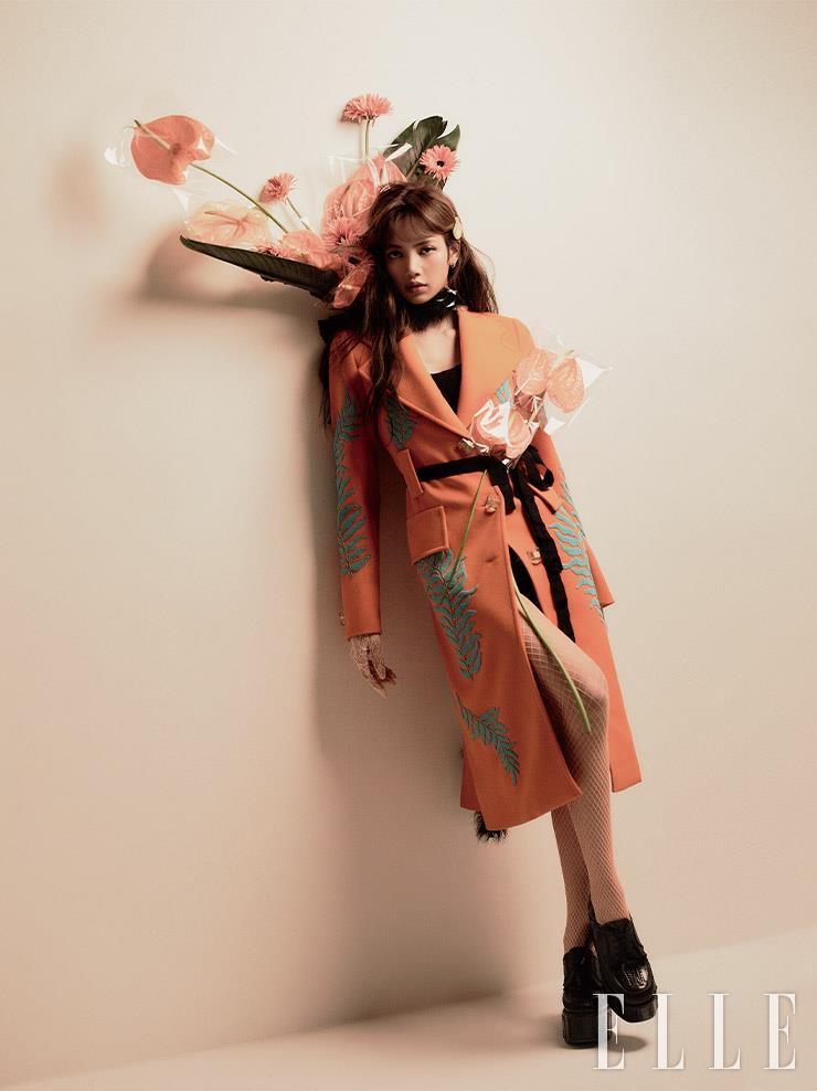 그린 비즈 장식의 오렌지 컬러 미디 코트와 플랫폼 슈즈, 헤어핀은 모두 Prada.