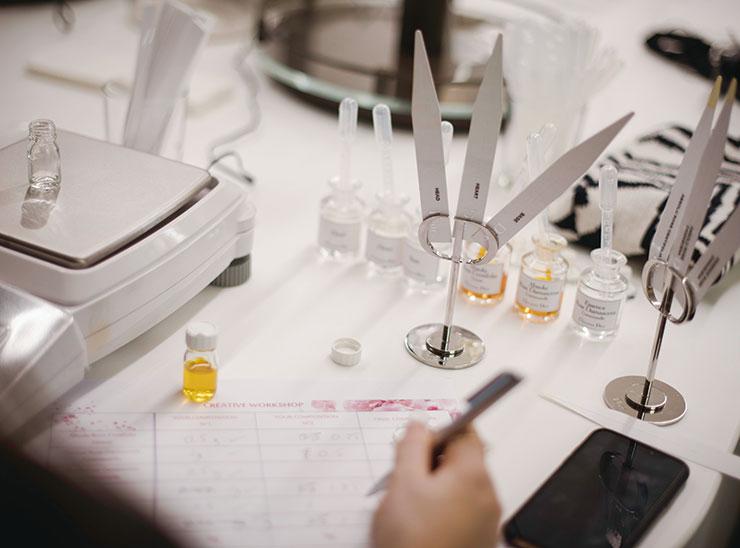 프랑소와 드마쉬의 연구실에서 진행된 향수 워크숍. 미스 디올의 기본 향조인 장미 에센스를 조합해 나만의 향을 만들어보는 흥미로운 시간이었다.