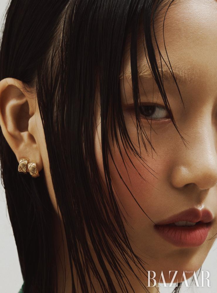퀼팅 모티프가 돋보이는 옐로 골드 '코코 크러쉬' 이어링은 Chanel Fine Jewelry.