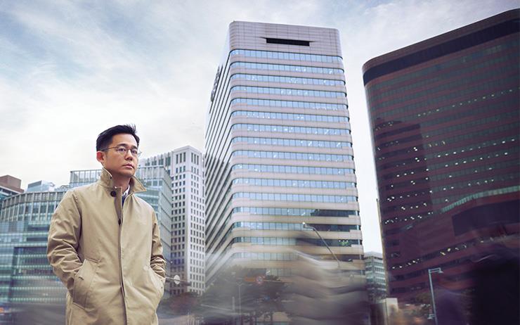 KBS 다큐멘터리 시리즈 <모던 코리아>의 기획자 이태웅 PD를 만났다. 굳이 얼굴을 마주 보고 묻고 싶은 것들이 있어서. 굳이 그의 육성으로 듣고 싶은 것들이 있어서.