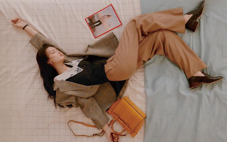 두려움과 설렘, 절망과 환희가 교차하는 그녀의 침대. 아침마다 그곳을  벗어나지  못하는 어느 워킹 걸의 일주일.