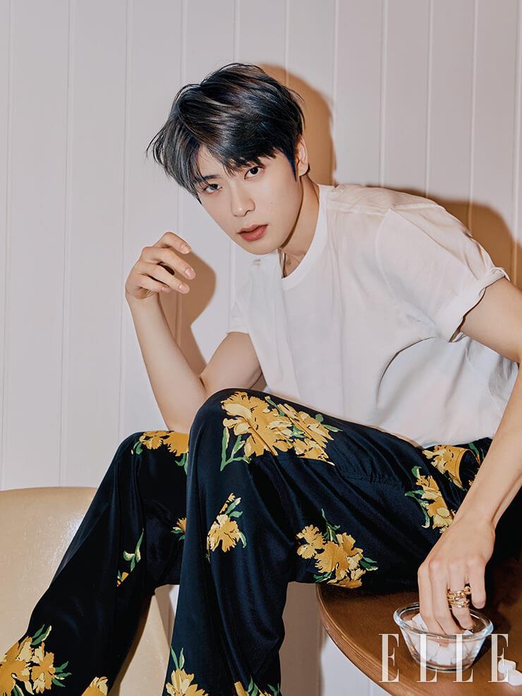 반팔 저지 티셔츠는 스타일리스트 소장품. 플라워 프린트 재킷과 팬츠는 Kimseoryong Homme. 왼손 약지에 낀 레이어드 반지는 Hustad.