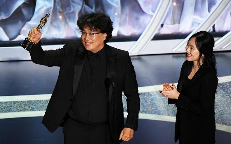영화 <기생충>이 미국 아카데미 시상식에서 4관왕 영예를 안았다.