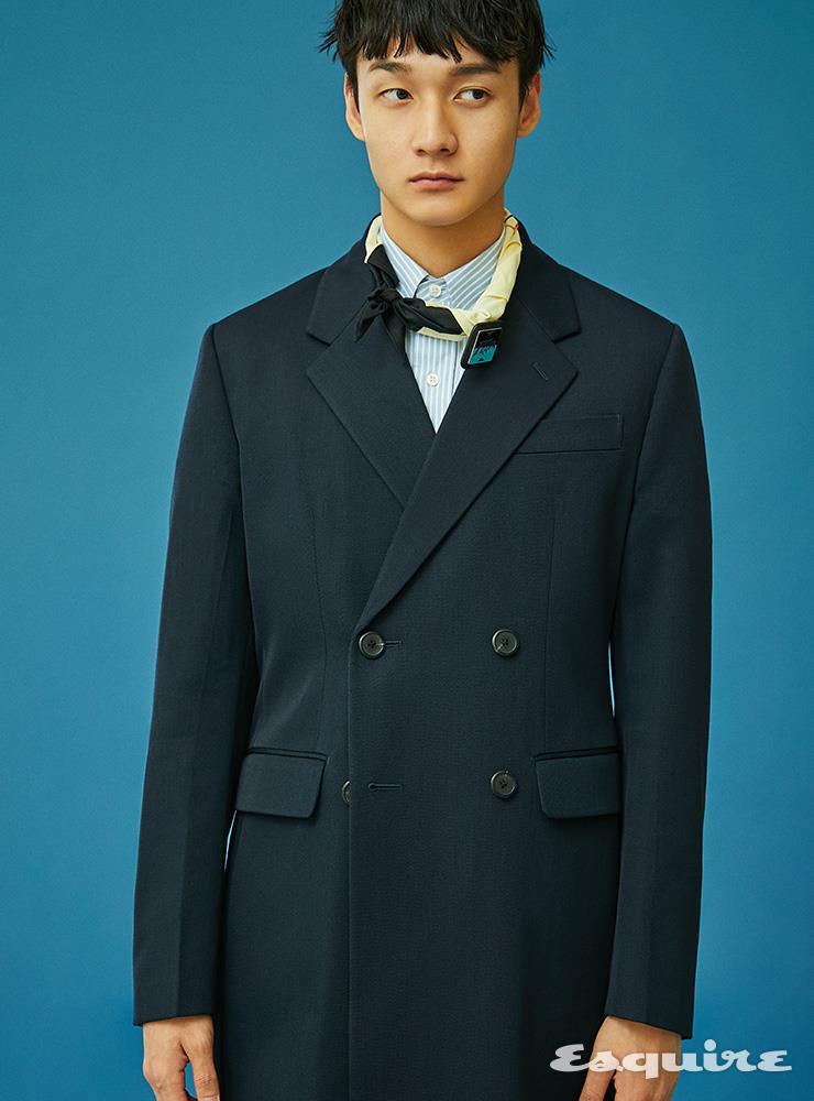 더블브레스트 코트, 옥스퍼드 셔츠, 반다나, 로고 핀 장식 모두 가격 미정 프라다.