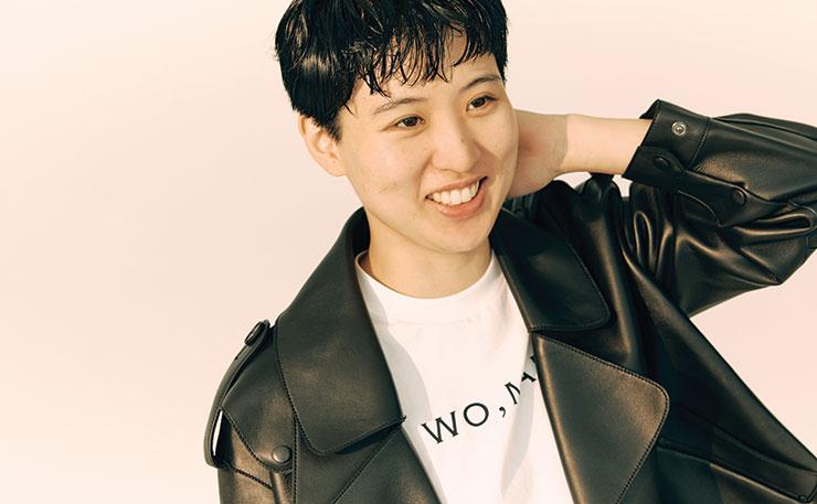 레더 소재의 바이커 재킷은 Studio Tomboy. 'WO, MAN' 레터링의 티셔츠는 Portrait Report.