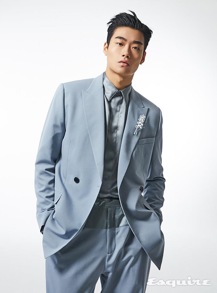 스카이블루 더블브레스트 재킷, 실크 셔츠, 스트링 팬츠, 은방울꽃 모양 핀 장식 모두 가격 미정 디올 맨.