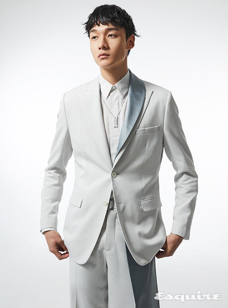 칼라에 실크를 덧댄 재킷, 화이트 셔츠, 벨트가 달린 팬츠, 로고 목걸이 모두 가격 미정 디올 맨.