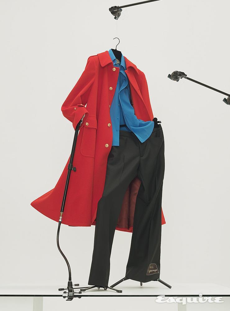 금장 단추가 달린 레드 싱글브레스트 코트 640만원, 블루 실크 셔츠 120만원, 블랙 팬츠 150만원 모두 구찌.
