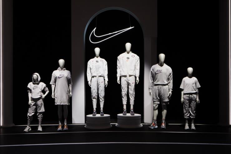 도쿄 올림픽 메달 스탠드에 오를 선수 유니폼과 '무브 투 제로' 컬렉션. 모두 재활용 소재를 최대한으로 활용했다