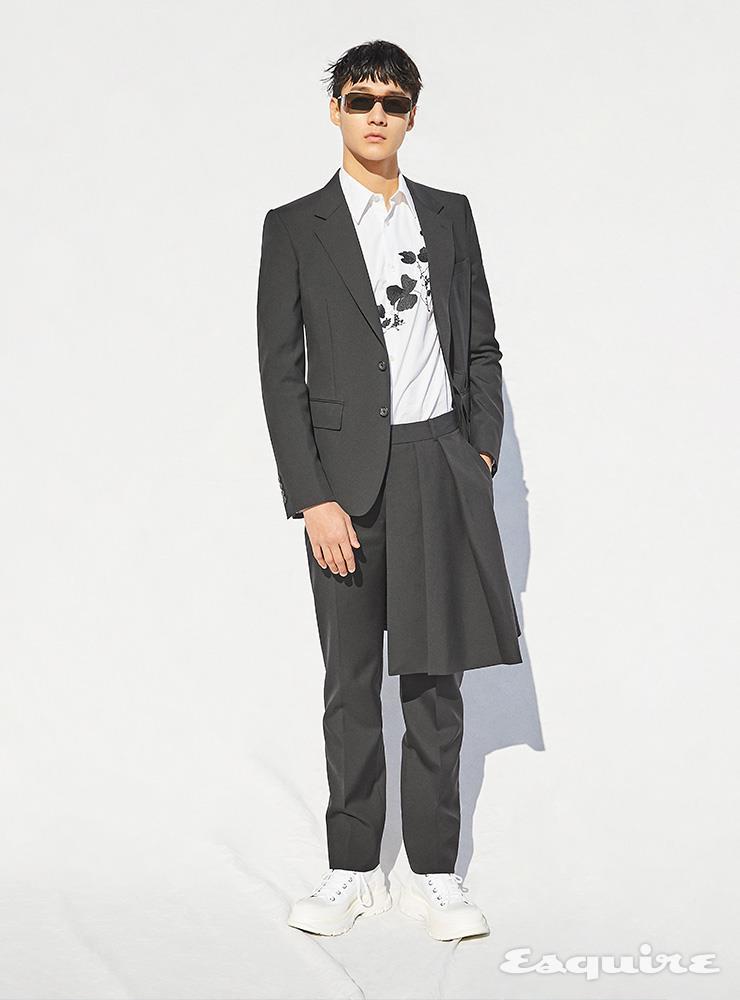 플리츠 장식 재킷, 플라워 자수 셔츠, 팬츠, 화이트 부츠 모두 가격 미정 알렉산더 맥퀸. 스퀘어 선글라스 가격 미정 지방시.