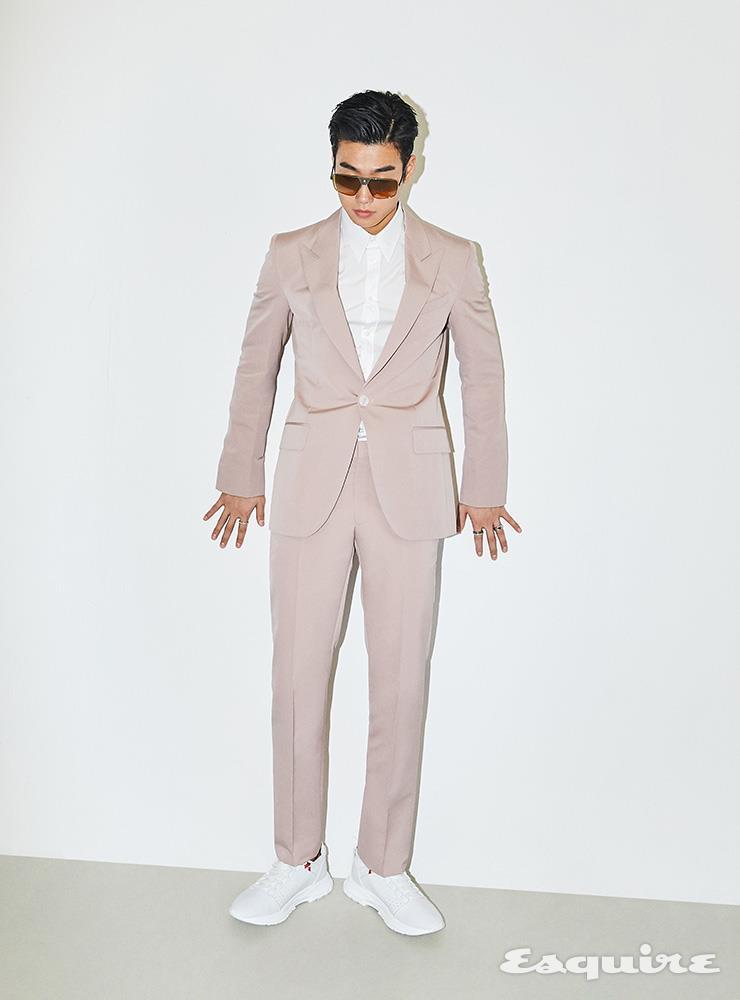 베이지 핑크 슈트 가격 미정, 화이트 셔츠 가격 미정, 화이트 스니커즈 92만5000원, 빅 프레임 선글라스 가격 미정, 반지 가격 미정 모두 지방시.