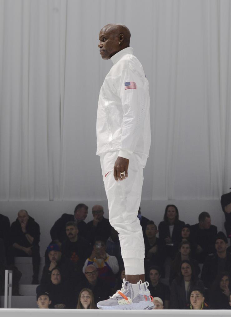 100% 재생 폴리에스테를 이용한 유니폼과 스페이스 히피 컬렉션을 신고 런웨이에 오른 육상의 전설, 칼 루이스