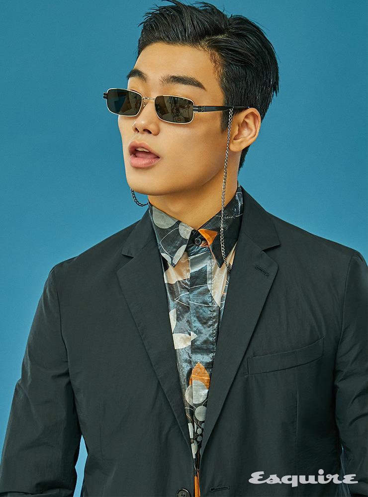 블랙 재킷 225만원, 식물 패턴 셔츠 100만원 모두 펜디. 선글라스 52만5000원 생 로랑 by 안토니 바카렐로. 안경 체인 에디터 소장품.