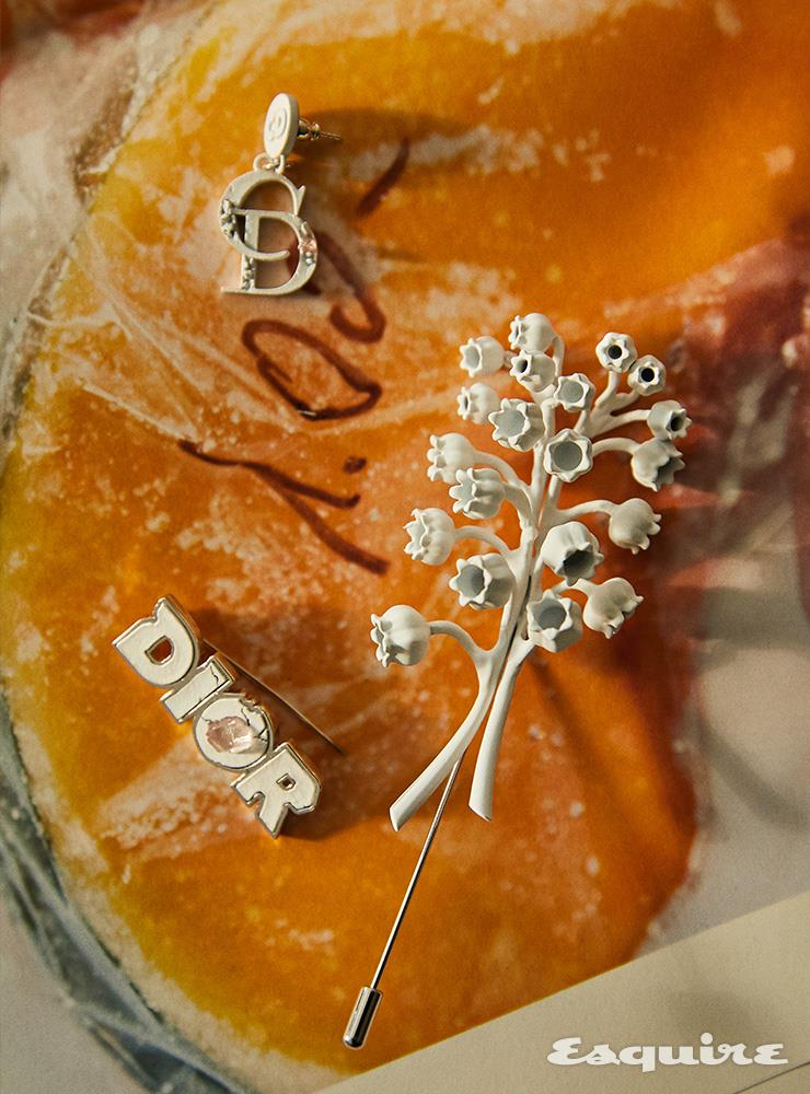 CD 로고 귀걸이, 로고 장식 브로치, 은방울꽃 모티프 브로치 모두 가격 미정 디올 맨.