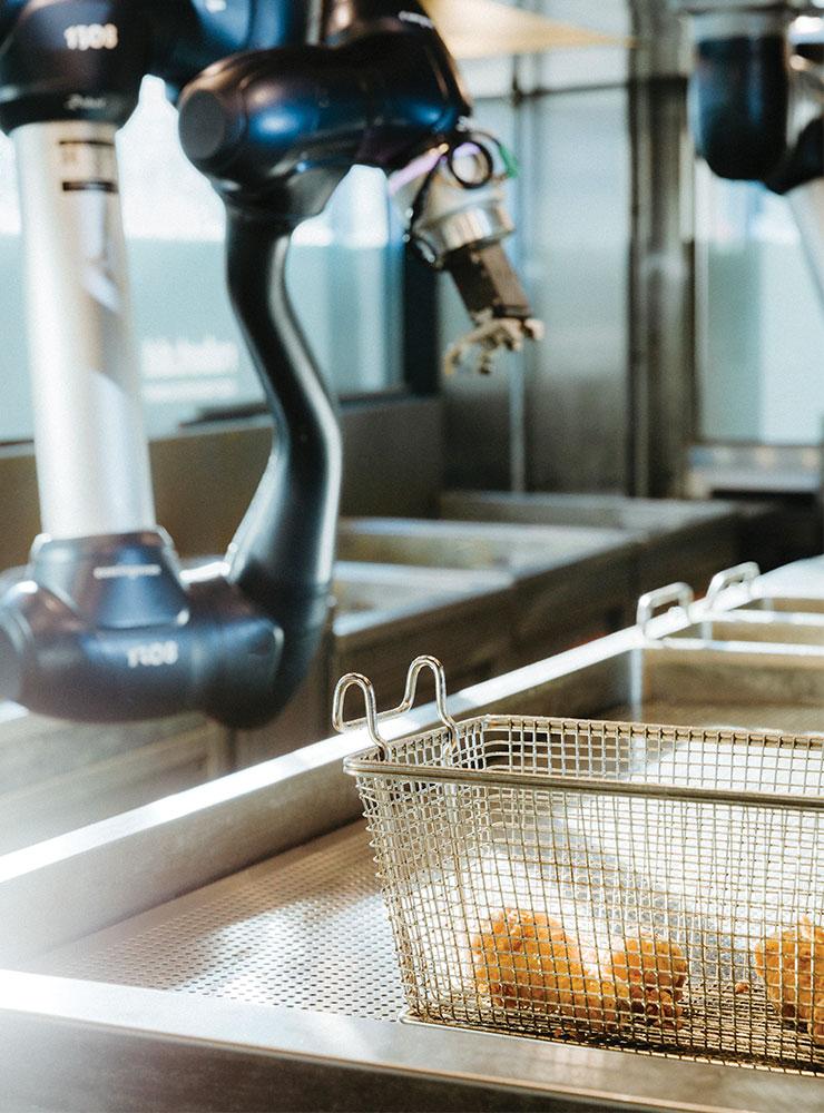 디떽의 치킨 로봇은 6축 다관절 로봇이다. 사람이 시간당 4마리 튀길 때, 치킨 로봇은 300~500마리를 튀긴다.