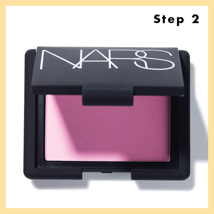 STEP 2 → 도톰한 브러시를 활용해 밝은 쿨 핑크 컬러의 블러셔를 바른다. 이때 양 조절이 관건! 브러시에 파우더를 묻힌 뒤 두 번 정도 툭툭 털어주고, 광대뼈의 톡 튀어나온 부위부터 관자놀이까지 넓게 블렌딩한다.
