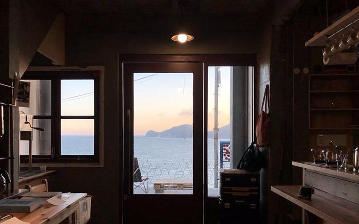 부산에는 바닷가를 마주한 동네 책방부터 미묘한 감성이 있는 서점까지 다양하다.