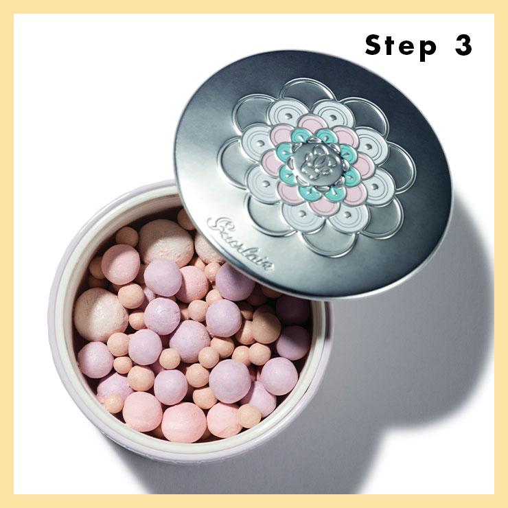 STEP 3 → 블러셔를 바른 부위 위로 은은한 핑크 펄을 함유한 파우더를 가볍게 쓸어 자르르 빛나는 윤기를 더할 것. 볼 위에 사용하고 브러시에 남은 양으로 콧대 한가운데, 입술산 위를 살짝 터치해 자연스러운 하이라이트 효과를 준다.