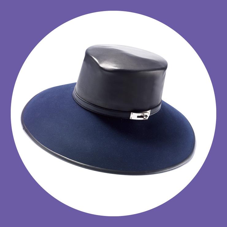 펠트와 레더 소재를 믹스한 모자는 가격 미정, Hermès.