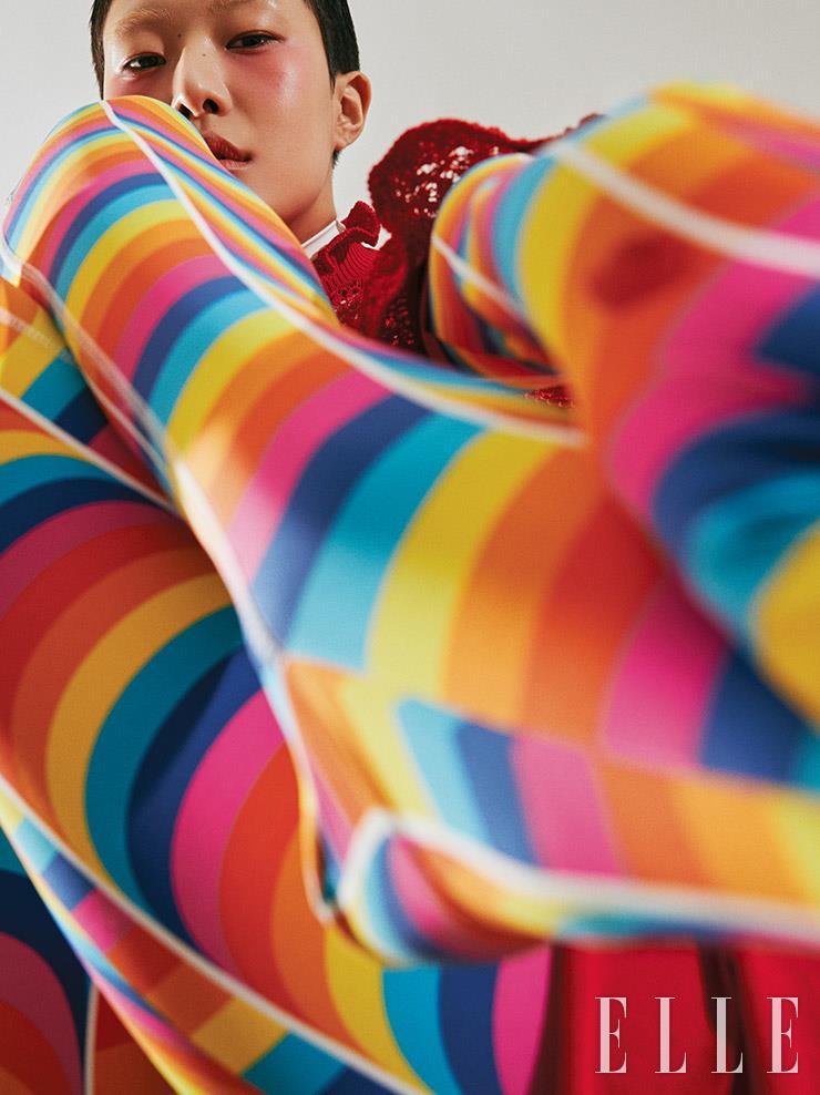 레드 니트 롱 드레스는 4백10만원, Alexander McQueen. 컬러플한 보디수트는 가격 미정, 0 Moncler Richard Quinn.
