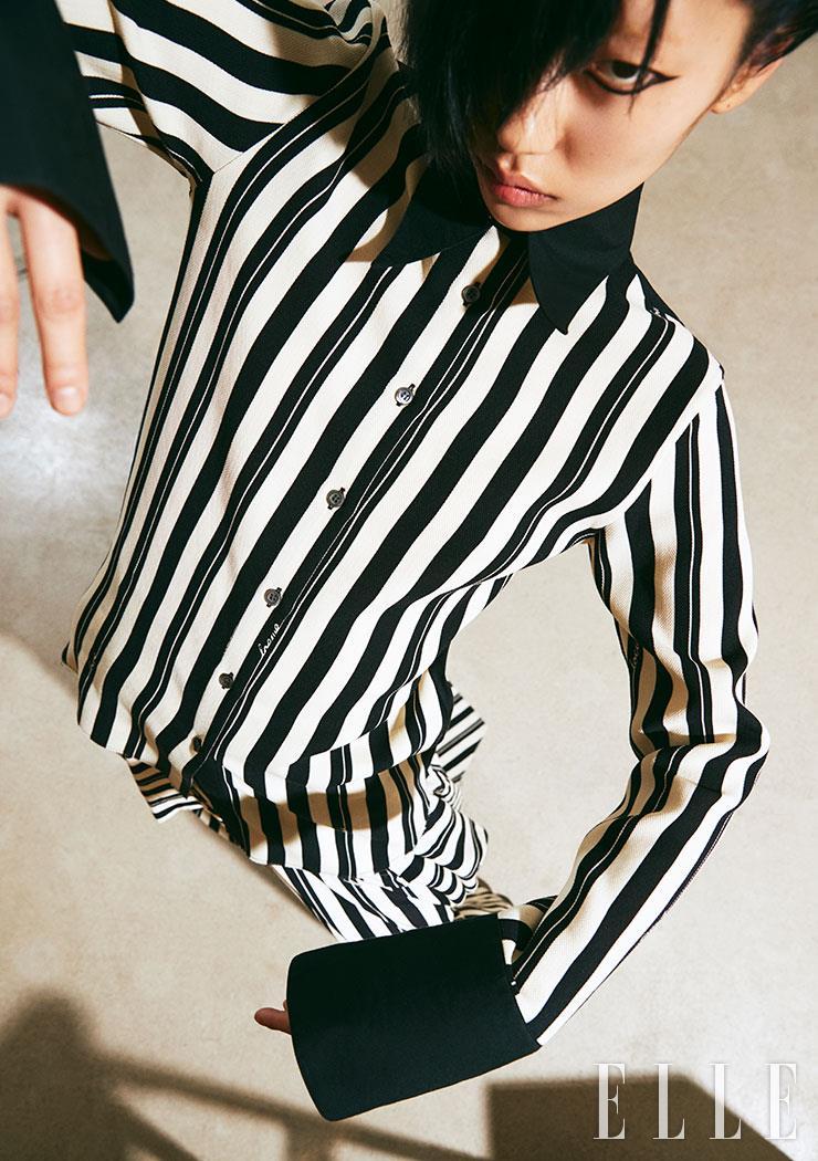 볼드한 스트라이프 셔츠와 스커트는 가격 미정, 모두 Loewe.