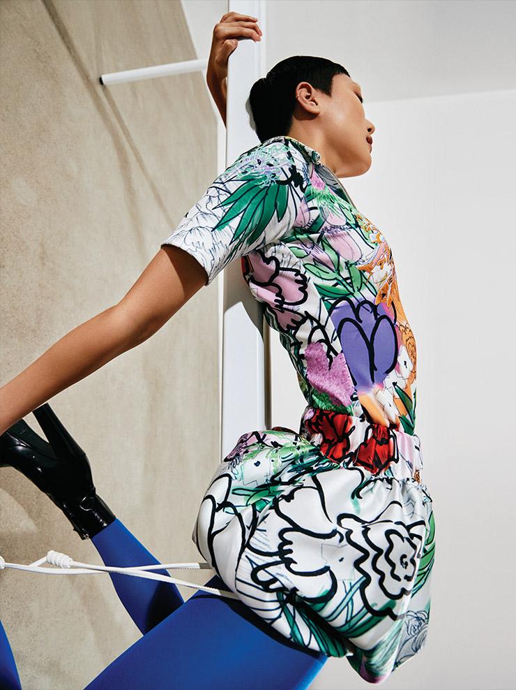 플라워 프린트 톱은 48만원, 드로스트링 장식의 미니스커트는 38만5천원, 모두 Kijun. 플랫폼 앵클부츠는 가격 미정, Givenchy.