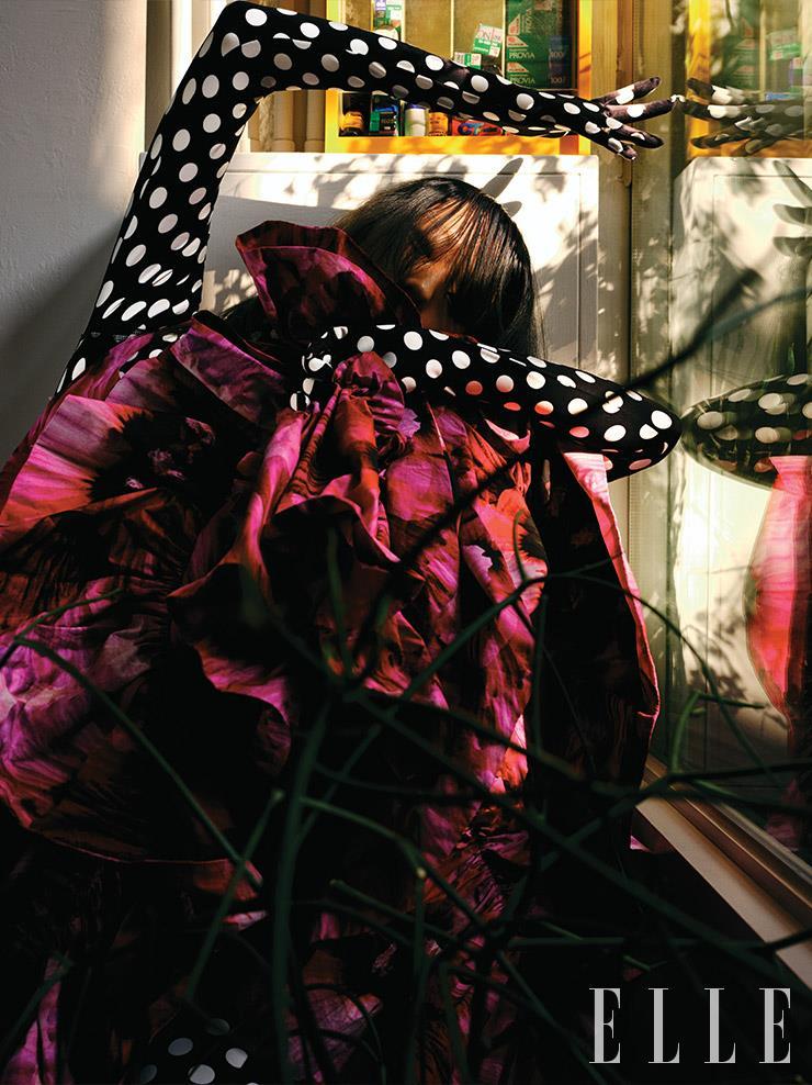 플라워 프린트의 롱 드레스는 가격 미정, Alexander McQueen. 그래픽적인 도트 보디수트는 가격 미정, 0 Moncler Richard Quinn.