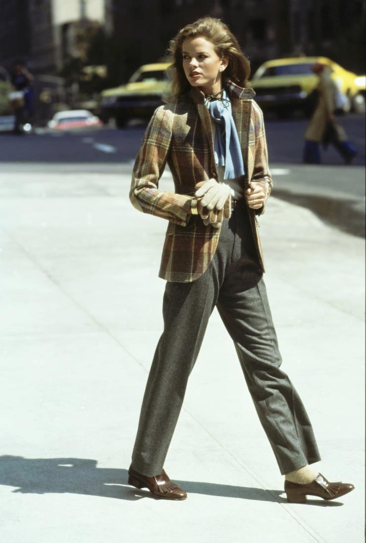 랄프 로렌의 플레이드 재킷과 플란넬 팬츠를 입은 리사 테일러. 1976년