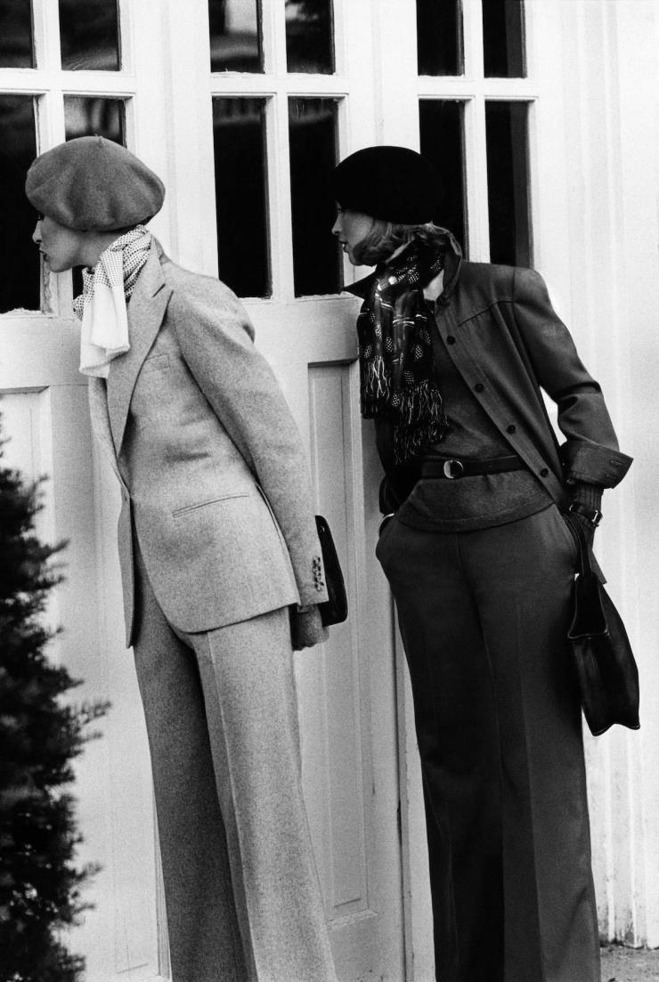 울 팬츠 슈트를 입은 두 모델. 왼쪽 모델이 입은 슈트는 랄프로렌 제품이다. 1974년