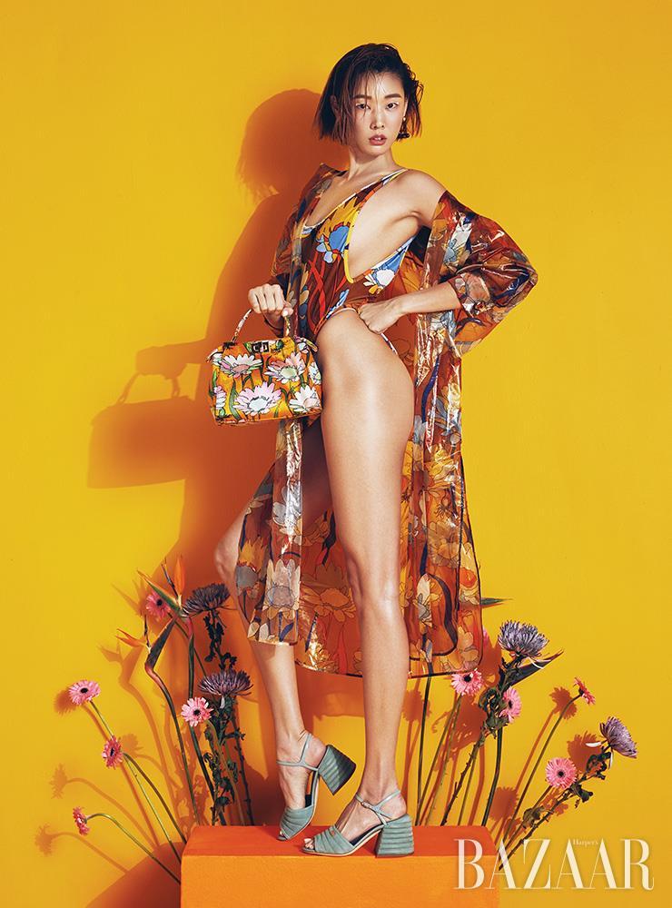 아우터 드레스, 스윔수트, 귀고리, '피카부 아이코닉 미니' 백, 슈즈는 모두 Fendi.