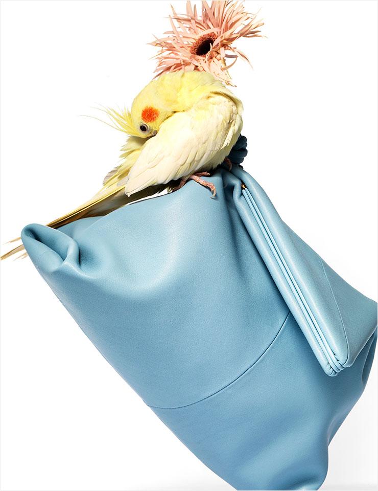 마름모꼴 모양의 파스텔컬러 클러치백은 가격 미정, Bottega Veneta.