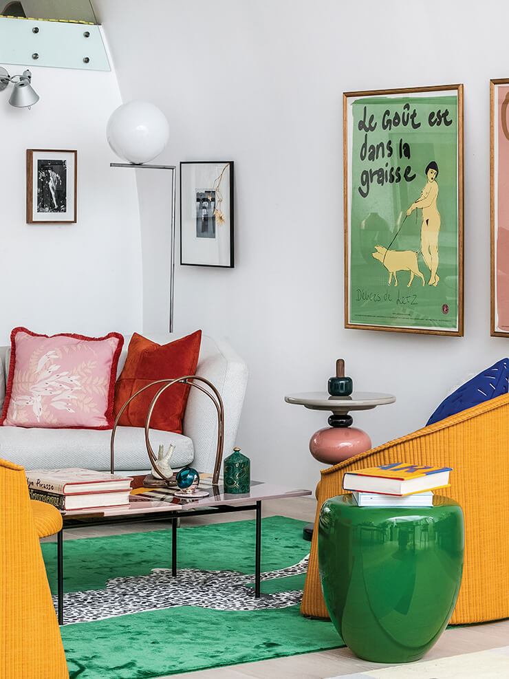캔디스 레이크의 취향이 묻어나는 다채롭고 컬러플한 인테리어. 인디아 마다비, 파트리시아 우르키올라 등 개성 강한 디자이너들의 가구와 소품이 섞여 있다.