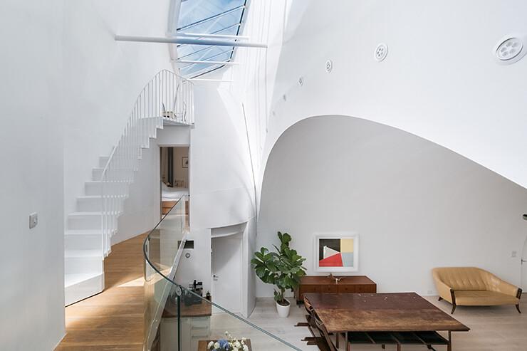 유리창을 통해 햇살이 쏟아지는 2층. 굽이치는 지붕의 실루엣이 환상적인 느낌을 선사한다.