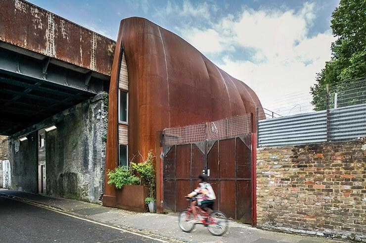 스틸로 만든 좁고 긴 아치형의 외관. 실험 정신이 돋보이는 건물이다.