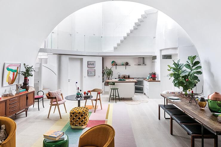 부드러운 빛으로 가득한 백색의 갤러리 같은 집 안. 오픈 룸 형태의 공간에 거실과 부엌, 다이닝 룸 등 여러 기능의 공간이 함께 자리하고 있다.