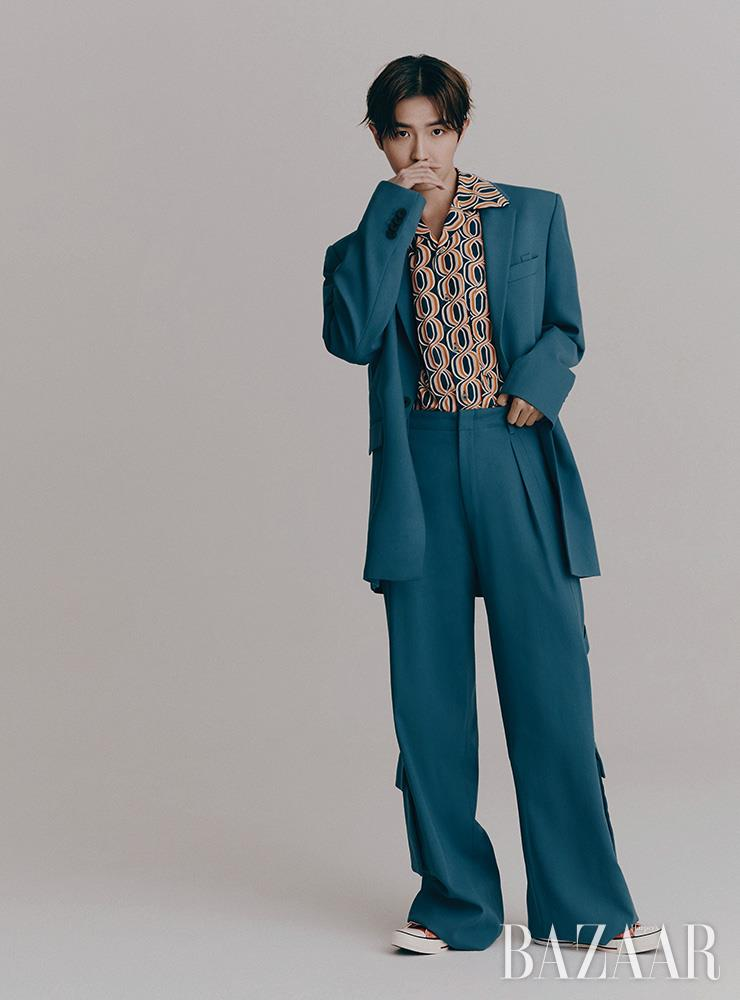 수트, 패턴 셔츠는 모두 Wooyoungmi. 스니커즈는 Converse.