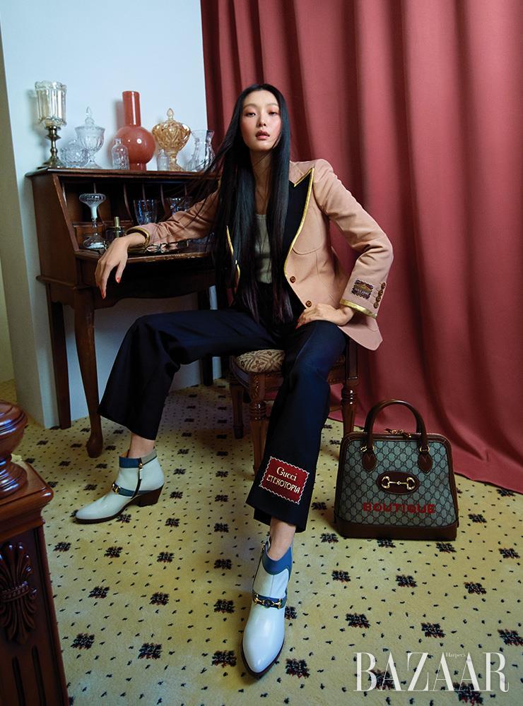 재킷은 5백30만원, 탱크톱은 54만원, 팬츠는 1백50만원, 부츠는 1백87만원, 바닥에 놓인 '1955 호스빗' 백은 3백20만원 모두 Gucci.