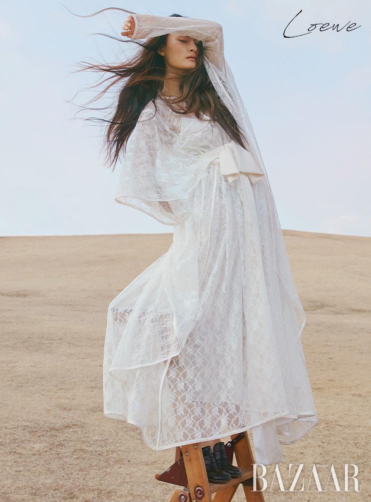리본을 장식한 레이스 드레스, 뮬은 모두 Loewe. 에디터/ 윤혜영 사진/ 오아랑 모델/ 박서희 헤어/ 조미연 메이크업/ 이나겸 어시스턴트/ 임지아