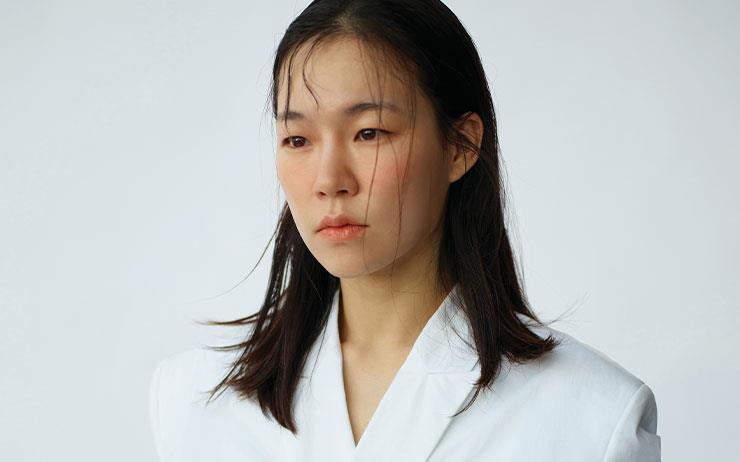 영화 <미나리>로 제36회 선댄스 영화제를 찾은 한예리의 배지에는 'ACTRESS' 대신 'ACTOR'가 새겨져 있었다. 할리우드로 활동 영역을 넓힌 '배우' 한예리가 두 편의 가족 드라마로 돌아온다.