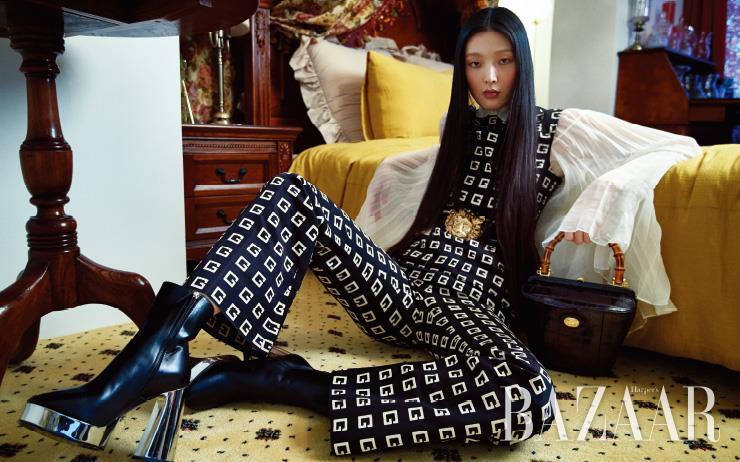 미니 드레스는 2백65만원, 블라우스는 2백30만원, 팬츠는 1백40만원, 와이드 벨트는 7백80만원, 뱀부 핸들이 특징인 버킷 백은 가격 미정, 앵클부츠는 1백72만원 모두 Gucci.