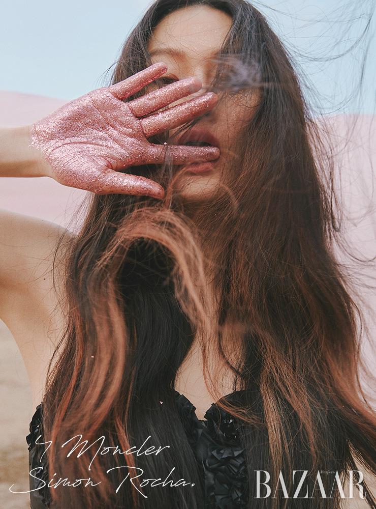 뷔스티에 드레스는 4백48만원 4 Moncler Simon Rocha. 에디터/ 윤혜영 사진/ 오아랑 모델/ 박서희 헤어/ 조미연 메이크업/ 이나겸 어시스턴트/ 임지아