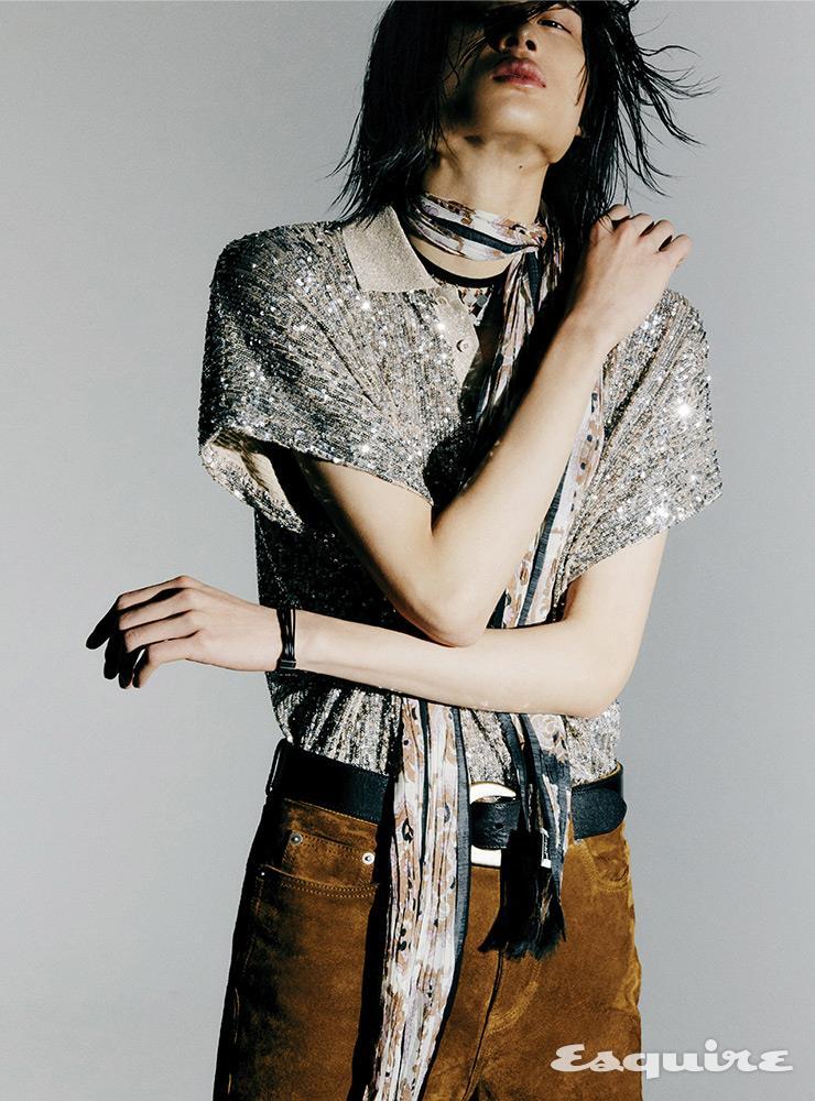 시퀸 셔츠, 스웨이드 팬츠, 스카프, 벨트, 네크리스 모두 가격 미정 생 로랑 by 안토니 바카렐로.