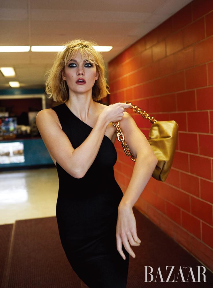 칼리 클로스(KARLIE KLOSS)가 입은 드레스, 백은 모두 BOTTEGA VENETA. EST´EE LAUDER 퓨어 컬러 엔비 스컬프팅 아이새도우 5-컬러 팔레트 인 다크 에고($56).