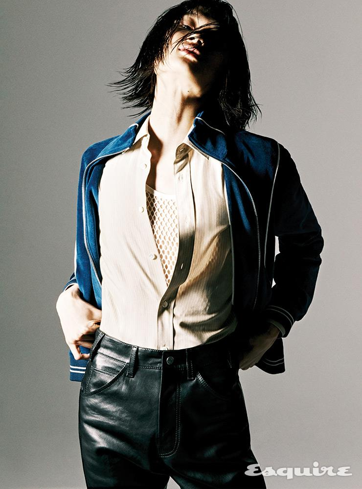 벨루어 저지 재킷, 셔츠, 메시 톱, 레더 팬츠 모두 가격 미정 셀린느 by 에디 슬리먼.